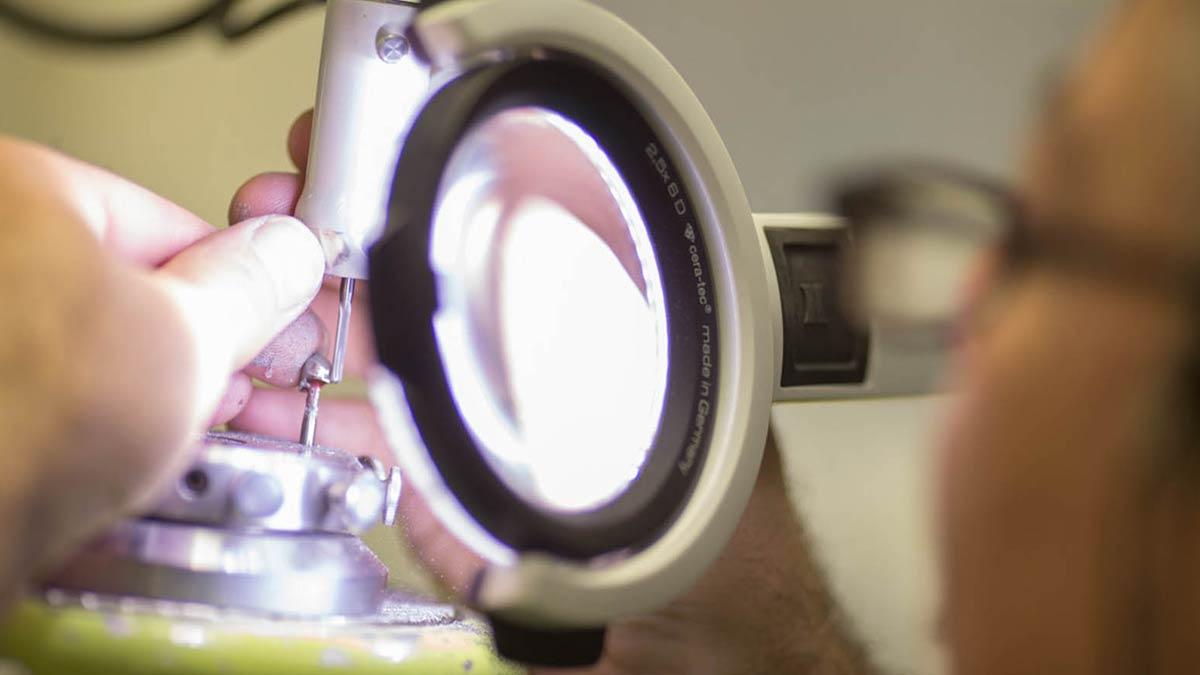 Der Zahntechniker erstellt jeden Zahnersatz individuell für den Partienten