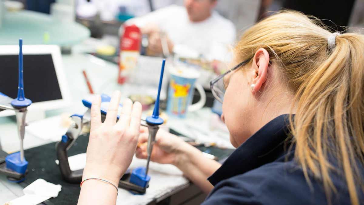 Die Zahntechnikerin fertigt den Zahnersatz individuell und ästhetisch an